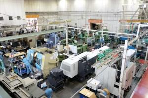 多様な機械が並ぶ工場内